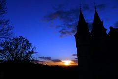Fantasmagoría (alfonsocarlospalencia) Tags: alcázar segovia azul fantasmagoría atardecer árboles nubes torres contraluz misterio miedo sombras siluetas avión montículo ramas oscuridad silencio duermevela nostalgia