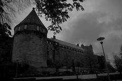 Burg Bentheim (jueheu) Tags: burgbentheim burg castle kastel schloss palace pallazo castello schwarzweis sw bw grau lampe lamp wolken clouds grey schwarz black badbentheim bentheim grafschaftbentheim niedersachsen deutschland germany münsterland
