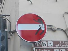 084 (en-ri) Tags: clet abraham bianco nero rosso pugno fist omino cartello segnale stradale firenze wall muro graffiti writing