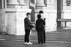 IMGP1576 (maurizio siani) Tags: napoli naples italia italy pentax k70 18135 decidere decisione tocco city città mattina giorno aprile 2017 primavera campania bianco nero monocromatico monocromatica bambini ragazzi gioco calcio pallone super santos supersantos divertimento divertirsi giocare game piazza santa lucia ragazzini boy boys ragazzo giovane ragazzino bambino conta contare raduno parlare cerchio