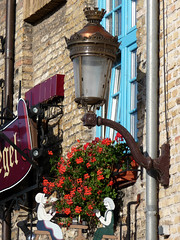 Bergues, estaminet le Bruegel, lampadaire (Ytierny) Tags: france fleur vertical architecture pierre maison faade nord lampadaire estaminet bruegel et flandre bergues villefortifie citflamande petitebrugesdunord ytierny