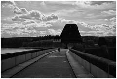 Walk On The Wall (RadarO´Reilly) Tags: staumauer retainingwall damwall himmel sky wolken clouds sw schwarzweis bw blackwhite noiretblanc blanconegro zwartwit möhne möhnesee nrw germany