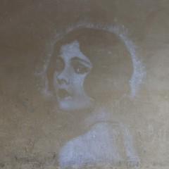 Persistance (Gerard Hermand) Tags: 1704037322 gerardhermand france paris canon eos5dmarkii formatcarré placedesvosges regard glance femme woman rue street art streetart peinture paint mur wall