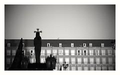 El Cautivo (Madrid) (Eliazar Torre) Tags: madrid ciudad españa spain city blancoynegro blackandwhite bw semanasanta semanasantaenmadrid elcautivo benlliure plazamayordemadrid plazamayor movilgrafias