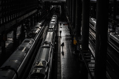 Departures. Salidas. 2016. (ithyrsus) Tags: nikon d5200 photoshop madrid trains trenes ferrocarril railway railwaystation estacióndetren viajes travels night nocturno atocha ave escenaurbana escenasmatritenses urbanscene