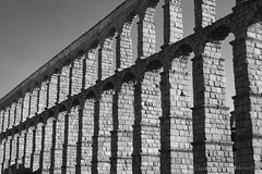 Segovia (Spain): Roman aqueduct (clodio61) Tags: castillayleon europe roman segovia spain unesco ancient aqueduct arcade arch architecture blackandwhite building city colonnade day exterior historic landmark monument old outdoor photography