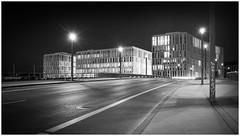 Am Hauptbahnhof (berlinerin1197) Tags: berlinerin1197 nacht night berlin hauptbahnhof deutschland germany blackandwhite bw urban architecture architektur