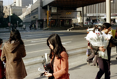 17-509 (ndpa / s. lundeen, archivist) Tags: street city flowers roses people woman man color film girl japan 35mm japanese tokyo ginza women candid nick longhair citylife streetphotography streetlife sidewalk pedestrians 日本 17 東京 銀座 brunette 1970s youngwoman 1973 youngman peoplewatching youngpeople dewolf 岡本太郎 千代田区 東京都 sellingflowers sukiyabashi 数寄屋橋 nickdewolf photographbynickdewolf 若い時計台 chiyodaward 数寄屋橋公園 昭和41年 sukiyabashipark wakaitokeidai reel17