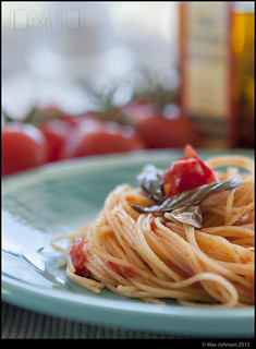 Spaghetti with Fresh Tomato Sauce and Garlic Basil Oil (Close Up)