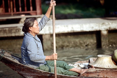 19-139 (ndpa / s. lundeen, archivist) Tags: people woman color film water hat 35mm thailand boat canal bangkok nick paddle canals thai oar watersedge 1970s 1972 paddling 19 1973 strawhat klong dewolf khlong klongs nickdewolf photographbynickdewolf khlongs reel19