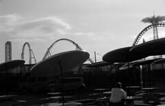 Coney Island - New York (dom mesquita) Tags: olympusom1 zuikolens zuiko50mm 35mm 135mm analog analogphotography film filmphotography analógico fotografiaanalógica fotografiafilme ilford ilfordpan kodak kodakd76 blackandwhite bw streetphotography people newyork nyc brooklyn coneyisland h