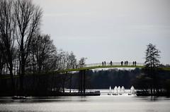 Duisburg Masurensee (dcs 0104) Tags: duisburg masurensee optimist segelboot brücke fusgänger spaziergänger gegenlicht nikon d7000 nikkor 18140mm 18140 mbd11