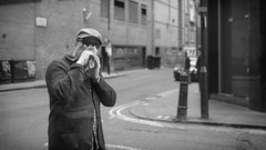 Duck Face (リンドン) Tags: london man street candid hat sunglasses photographers gallery oxford window ニコン ロンドン イギリス 道 fujifilm fuji xt2 23mm 14 across black white