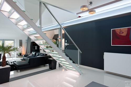 Moderne aluminium trap met glazen treden en balustrade a photo