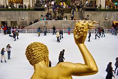 Rockefeller Plaza #1 (palm z) Tags: plaza usa newyork unitedstates manhattan center escultura rockefeller pista hielo estadosunidos nuevayork patinaje eeuu patinando figura patinar
