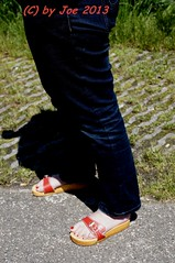DSC01712 (Bluemscher) Tags: barefeet mules woodenshoes klompen sabots klepper zuecos zoccoli minimalistisch b100 exercisesandal holzschuhe holzschuh berkemann holzklepper holzclogs exercisesandals barfus zoggeli klappern holzlatschen originalsandale gymnastiksandale holzsandale walkonwood klepperle holzpantoffel onestrapsandal holzklappern holzklepperle