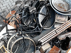 at the flea market (louise peters) Tags: bike bicycle utrecht basket tub secondhand fleamarket streetscape fiets vlooienmarkt mand rommelmarkt teil kolenkit spoorwegmuseum coalscuttle tweedehands