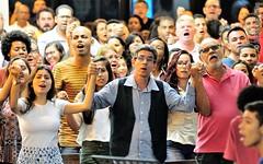 Eterna Vida (Primeira Igreja Batista de Campo Grande) Tags: fotografiajoãoluizlima joãoluizlima jluiz jluizmail deus god jesus igreja church evangélico conferênciadabíblia conference protestante igrejaevangélica adoração praise worship louvor fé religião religion faith música music congregação mãos hands união harmonia adorador mãosdadas holdinghands mãoserguidas armsraised armslifted emoção photobyjluiz photobyjluizmail fotografiaporjoãoluizlima nikon nikond300s