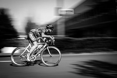 course cycliste (gilles207) Tags: route vitesse filé cycliste cyclisme criterium antony 92 vélo photo sport guidon course roue nb monochrome noir et blanc