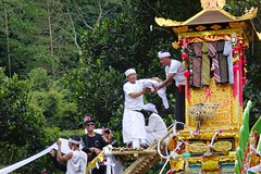 Desa Kedisan cremation (scinta1) Tags: bali kintamani kedisan baturbaguscottage upacara agama yadnya pitra ngaben cremation family kampung keluarga asli amazing awesome anakanak beautiful ceremony colour celebration colourful desa danaubatur lakebatur mountbatur gunungbatur village ethnic excellent giri hindu homestay indonesia interesting ibu kamen kebaya kain men man people religious cemetery sarong traditional traditionaldress tradition udeng unique women white 2016