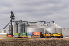 Racing Across the Land of Lincoln (sullivan1985) Tags: illinois il unionpacific up cnw chicagonorthwestern ge generalelectric es44ah c449w cnw8646 up2534 grainsilo industry plains rural maplepark transferfreight ig2g2 freight freighttrain train railroad railway locomotive