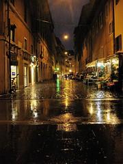 Pioggia romana (ioriogiovanni10) Tags: riflessi luci movimento street strada città pioggia notte roma canon