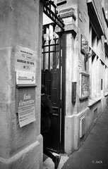jour de vote (Jack_from_Paris) Tags: r0002550bw ricoh gr apsc capture nx2 lr monochrom noiretblanc street bw wide angle paris bureau de vote 1° tour des élections présidentielles actualité