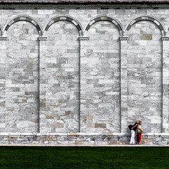 camposanto monumentale II (thombe77) Tags: italien italy green love wall canon square eos 50mm kiss couple paar pisa 7d grün liebe kuss mauer monumentale pärchen quadrat quadratisch camposanto