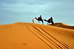 Coronando la duna. (Victoria.....a secas.) Tags: desert dune explore desierto duna marruecos ergchebbi shara flickrawardgallery