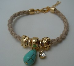 Pulseira Camurça Bege (Ateliê Primavera) Tags: pulseira strass pedraazul berloques pedrarias pulseirasdouradas