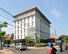 Artotel Surabaya (Everyone Sinks Starco (using album)) Tags: surabaya eastjava jawatimur building gedung architecture arsitektur hotel
