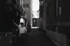 Alleyway (Sage Naumann) Tags: 35mm 35mmfilm 35mmphotography film filmphotography filmisnotdead filmsnotdead filmisntdead bw blackwhite blackandwhite mono monochrome chicago leica cl leicacl leitz minolta mrokkor 40mm candid street hyde park hydepark