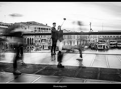 chi va, chi viene, e chi....selfie (magicoda) Tags: italia italy magicoda foto fotografia venezia venice veneto bw nikon d300 dslr persone people maggidavide davidemaggi passione passion voyeur calle calli candid bianco nero white black 2017 wife upskirt tourists donna woman long blur mosso fast veloce calatrava selfie ponte bridge movement scarpe shoe barefoot