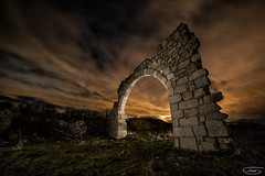Un arco de lo más agradecido (tsanchezruiz) Tags: fotografíanocturna fotografía nightshot nightphotography nightscape night largaexposición lanterns landscape longexposure linternas lightpainting light clouds stars nubes estrellas españa spain iglesia church religion arch arco cloudy amazing paisajenocturno madrid nocturna noche piedra stone