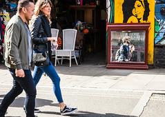 Anomalie (maximfr) Tags: angleterre europe londres royaumeuni gens marcher miroir reflet rue ville england london mirror reflection
