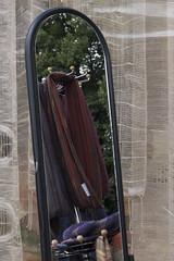 Stoffe im Spiegel (Lautes Rot) Tags: spiegel mirror stoffe textilien clothes textiles töpfermarkt pottersmarket magdeburg 2012 leica dlux5