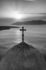 Santorini en blanco y negro (miratumismo) Tags: 20d blancoynegro mar iglesia bn santorini grecia cruz puestadesol silueta isla 2009