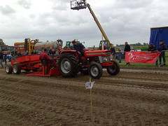 Tractor pulling contest (Davydutchy) Tags: auto tractor holland netherlands car power pulling friesland fuel trecker lkw trekker fryslân pkw tzum tsjom schleppmaschine