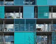 Jedem seinen Balkon! (szfotografie) Tags: modern balkon fenster himmel architektur grn zrich blau metall glas raster fassade streifen quadrat oerlikon linien spiegelungen vision:text=059 vision:outdoor=0876 vision:sky=0508