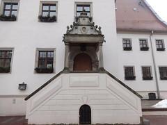 1609 Aken berdachtes Sitznischenportal Rathaus in Renaissance Markt in 06385 (Bergfels) Tags: eingang treppe portal markt rathaus renaissance tr aken 1609 berdacht beschriftet erweiterung 06385 17jh bergfels sitznischenportal architekturfhrer 1600er zweilufig
