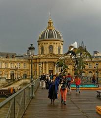 Paris / On the Pont des Arts / Institut de France (Pantchoa) Tags: paris france pontdesarts institutdefrance seine fleuve nuages pluie extérieur gens réverbère