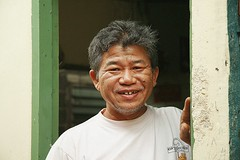 a thai alfred e neuman (the foreign photographer - ฝรั่งถ่) Tags: man doorway gap toothed smile smiling khlong thanon portraits bangkhen bangkok thailand canon kiss