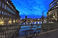 Stockholm City Hall by night (Valeria Panzetta) Tags: stockholm city hall stoccolma sverige sweden svezia night waterfront sky lights bicycle bici vélo bridge ponte clouds