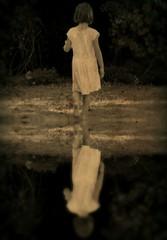 Nostalgie (AnneStany) Tags: enfant tristesse nostalgie sepia sadness nostalgia children eau reflet water reflection petite fille enfance childwood pied nus herbe jardin été foot