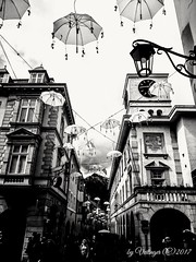 under white umbrellas (Veitinger) Tags: veitinger italien italy italia südtirol southtyrol altoadige vinschgau valvenosta meran merano stadt town gebäude buildings häuser houses strase street schirm schirme umbrella umbrellas schwarzweis blackwhite