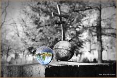 Alt & Neu (der bischheimer) Tags: kugel crystal rund kreutz friedhof dresden johannisfriedhof derbischheimer