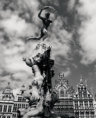140607 fBA 170425 © Théthi (thethi: better, back slowly) Tags: urbanisme architecture maison fontaine statue sculpture légende anvers vlaanderen belgium belgique bw nb setarchitectureurbanism setbwsepia faves37 rubyinv