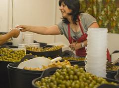 Selling olives (Lanzen) Tags: green day farmersmarket market country feria fair olives aceitunas ainsa fare verdes marked azoka marknad bondens azeitunak