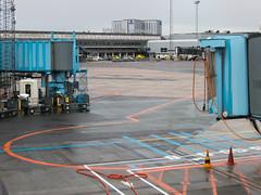 Kastrup, Copenhague (Gregouill) Tags: 2013 201309 aeroporto aeropuerto airport aéroport copenhagen copenhague danemark danmark denmark flughafen footbridge kastrup københavn lufthavn passerelle septembre