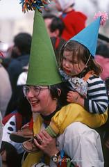 Pointu-img271 (H.Valez) Tags: france arles carnaval défilé fête parodie déguisement hiver mars reportage rassemblement public chapeau pointe vert bleu enfant fille lunette épaules portrait sourire observateur
